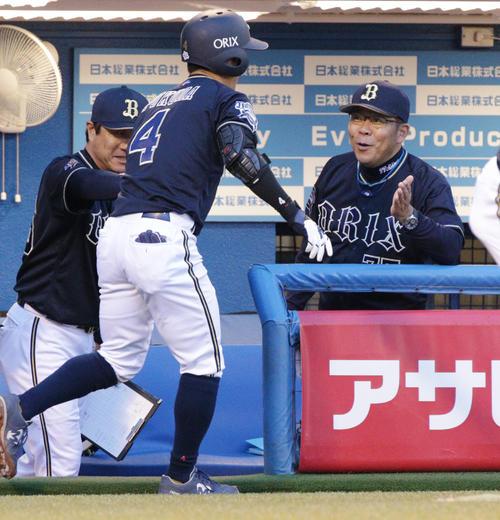 ヤクルト対オリックス 1回表オリックス無死、先頭打者本塁打を放った福田(左)を出迎える西村監督(撮影・中島郁夫)