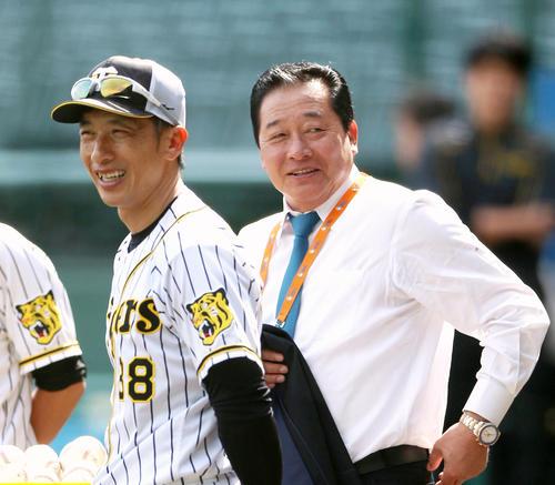 矢野燿大監督(左)と談笑する梨田昌孝氏