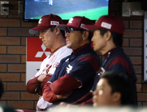楽天対広島 8回裏、厳しい表情の平石監督(左)(撮影・狩俣裕三)