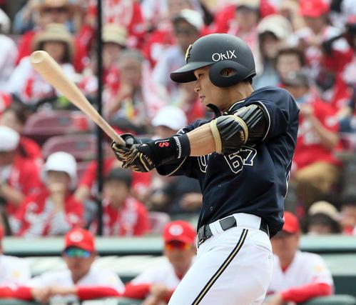 22日の広島対オリックス 6回表オリックス無死二、三塁、中川圭太は2点左前適時打を放つ(撮影・栗木一考)