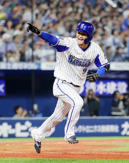19日のDeNA対日本ハム 9回裏DeNA1死二塁、大和は左中間にサヨナラ適時二塁打を放ちベンチに向かってポーズ(撮影・鈴木正人)