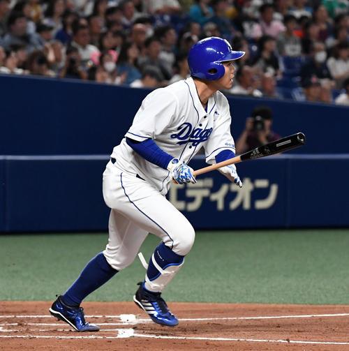 21日の中日対日本ハム 1回裏中日2死一、二塁、高橋は右中間に先制の3点本塁打を放つ(撮影・前岡正明)