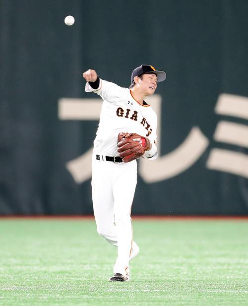 21日の巨人対ソフトバンク 6回表ソフトバンク1死、内川聖一の深い打球を好捕好送球で一塁アウトにする坂本勇(撮影・浅見桂子