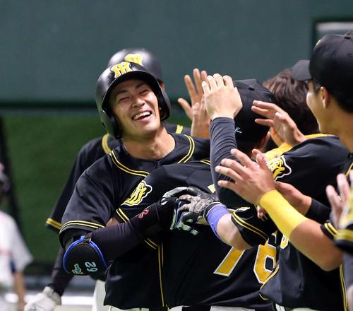 12日のソフトバンク対阪神 8回表阪神1死二塁、植田は右越え2点本塁打を放ちでナインに迎えられる(撮影・栗木一考)