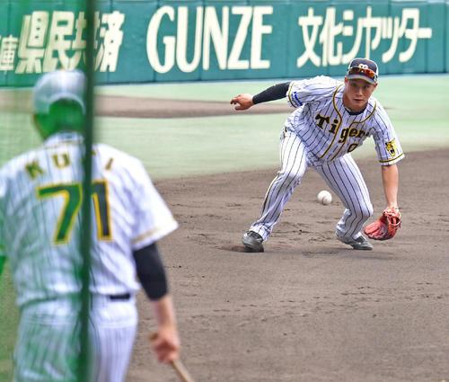 久慈内野守備走塁コーチ(手前)からノックを受ける木浪(撮影・清水貴仁)