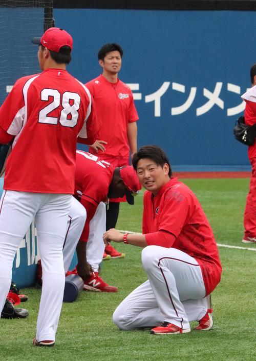 横浜スタジアムで練習する大瀬良(右)左は床田