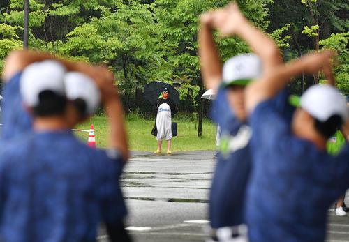 ヤクルト対巨人 ヤクルトの練習を見つめるつば九郎に扮したファン(撮影・横山健太)