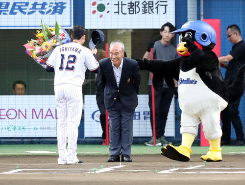 ヤクルト対巨人 試合前、ヤクルト石山(左)に花束を手渡す嶋崎氏(撮影・垰建太)