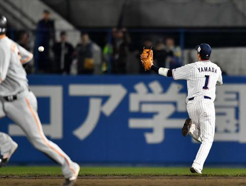 ヤクルト対巨人 7回表巨人2死満塁、丸の打球を後逸する山田哲(撮影・横山健太)