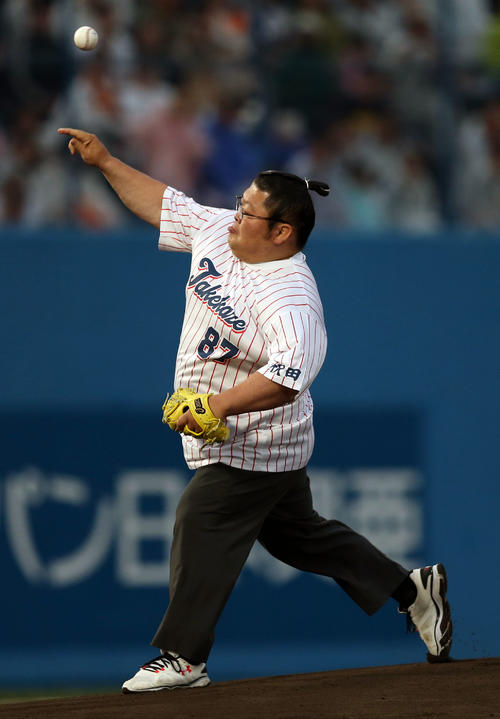 ヤクルト対巨人 始球式を務める元豪風の押尾川親方(撮影・狩俣裕三)