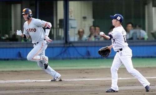 ヤクルト対巨人 1回表巨人1死、坂本勇(左)を投ゴロに打ち取る石川(撮影・垰建太)