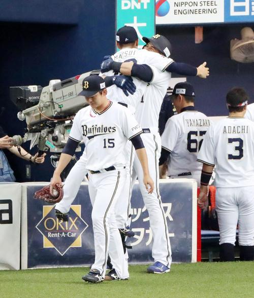 オリックス対ロッテ 2回裏オリックス2死、モヤは右越え本塁打を放ち出迎えた松井雅を笑顔で抱きかかえる(撮影・加藤哉)