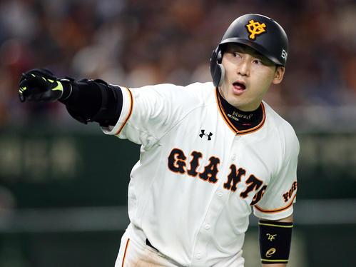 巨人対DeNA 6回裏巨人無死一、二塁、3点本塁打を放ち、ベンチに向かって指をさす丸(撮影・狩俣裕三)