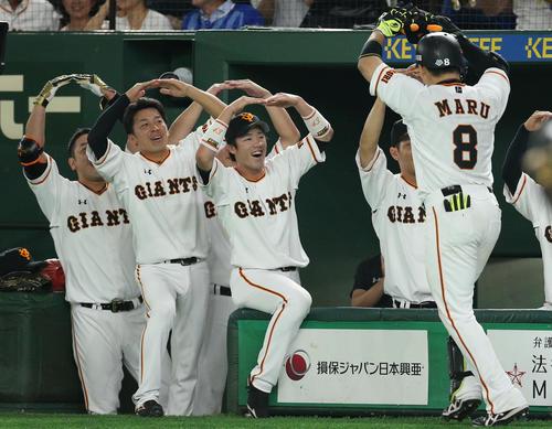 巨人対DeNA 6回裏巨人無死一、二塁、3点本塁打を放った丸(右端)を丸印で出迎えるナイン(撮影・中島郁夫)