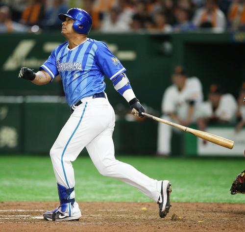 巨人対DeNA 9回表DeNA1死一塁、2点本塁打を放つロペス(撮影・中島郁夫)