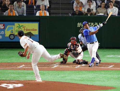 巨人対DeNA 2回表DeNA無死一塁、左越え2点本塁打を放つロペス。投手山口(撮影・垰建太)