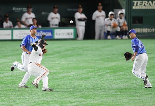 巨人対DeNA 4回裏巨人2死一塁、岡本の打席で塁を飛び出した丸(左から2人目)は一、二塁間で挟まれタッチアウト。右は今永(撮影・垰建太)