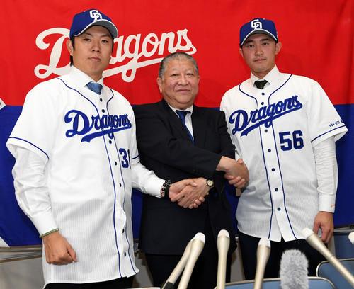 入団会見で矢野球団社長(中央)から激励を受けるオリックスから移籍した松葉(左)と武田(撮影・前岡正明)