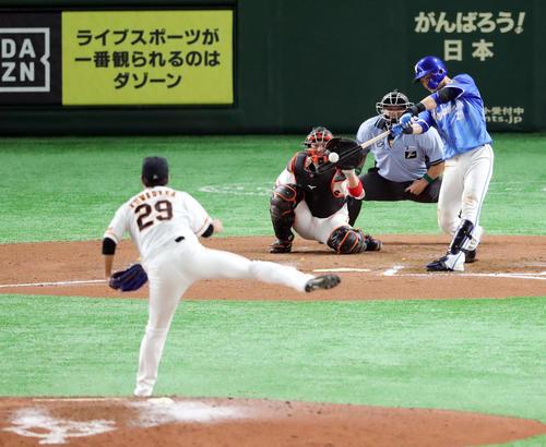 巨人対DeNA 6回表DeNA2死一、二塁、勝ち越しの左越え3点本塁打を放つ伊藤光。投手鍬原(撮影・垰建太)
