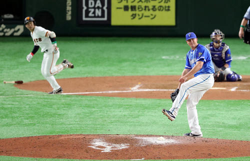 巨人対DeNA 7回裏巨人無死、山本(左)にソロ本塁打を浴びるソリス(撮影・垰建太)