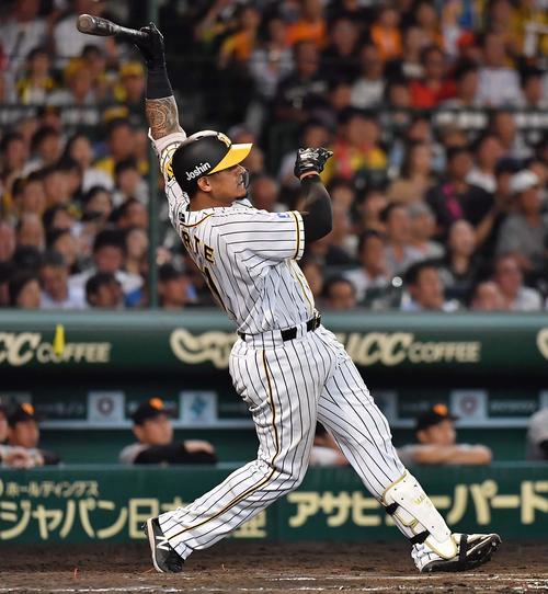 阪神対巨人 7回裏阪神無死、マルテは中越え二塁打を放つ(撮影・上田博志)
