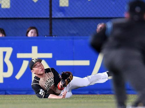 ロッテ対日本ハム 6回裏ロッテ1死、王柏融は藤岡の打球に飛びつくがキャッチできず二塁打を許す(撮影・横山健太)