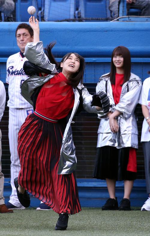 ヤクルト対DeNA 試合前、始球式の練習をする欅坂46の菅井友香。後方右は田村保乃(撮影・狩俣裕三)