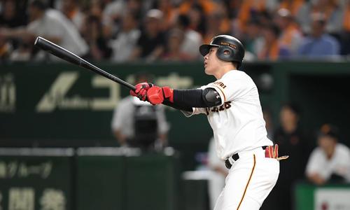6月23日の巨人対ソフトバンク 4回裏巨人無死、岡本は中越えのソロ本塁打を放つ(撮影・加藤諒)