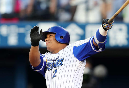 6月28日のDeNA対広島 1回裏DeNA2死、ロペスは左越え本塁打を放つ(撮影・鈴木正人)