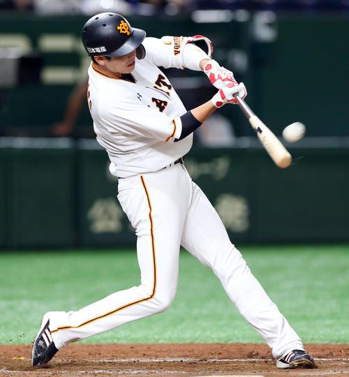 7月4日の巨人対中日 2回裏巨人1死満塁、左越え満塁本塁打を放つ坂本勇(撮影・垰建太)
