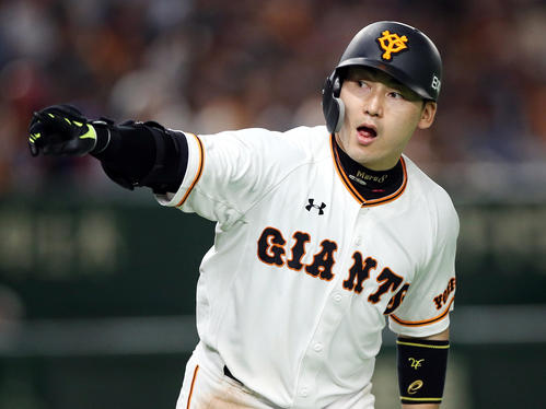 7月5日の巨人対DeNA 6回裏巨人無死一、二塁、3点本塁打を放ち、ベンチに向かって指をさす丸(撮影・狩俣裕三)