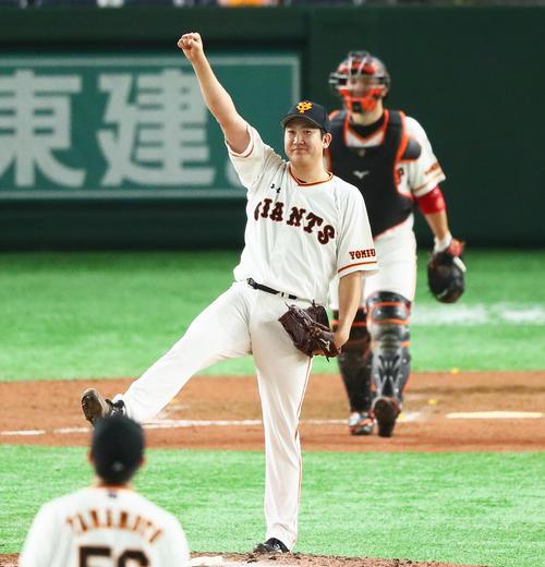 7月2日の巨人対中日 完封勝利を飾りガッツポーズする巨人菅野(撮影・足立雅史)