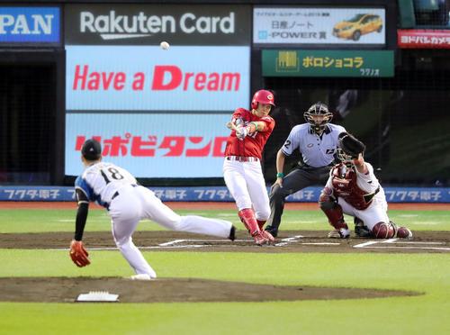 1回表全ウ無死、先頭の小園は先制の右越えソロ本塁打を放つ。全イ投手は吉田輝(撮影・垰建太)
