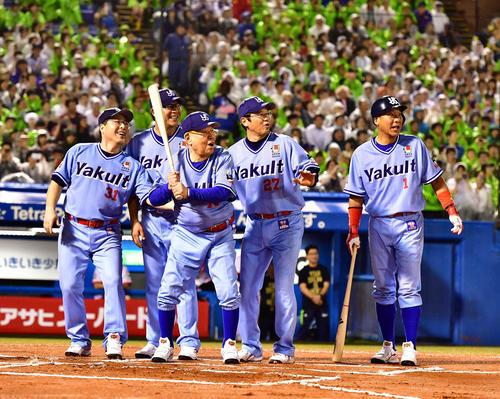 打席に立った代打野村監督(中央)を笑顔で見守る、左から真中氏、川崎氏、1人おいて古田ヘッドコーチ、池山氏(撮影・小沢裕)