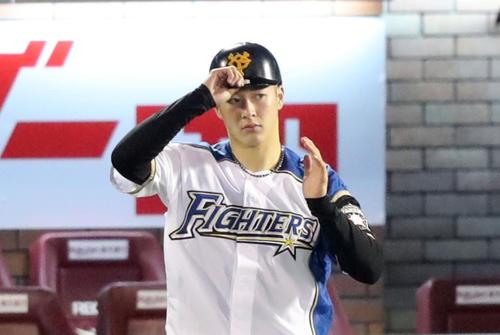 全イ対全ウ 6回表全イ、一塁コーチを務める日本ハム吉田輝は巨人のヘルメットをかぶる(撮影・垰建太)