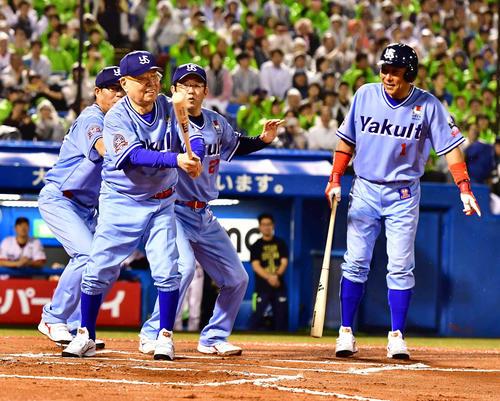 打席に立った代打野村監督(中央)を笑顔で見守る、左から川崎氏、1人おいて古田ヘッドコーチ、池山氏(撮影・小沢裕)