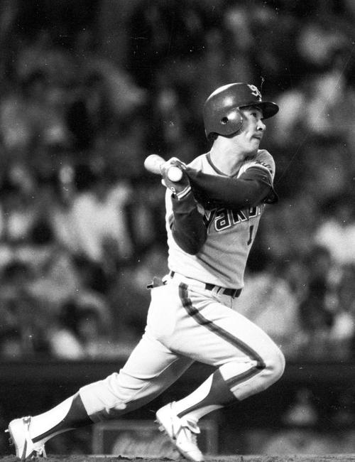 巨人対ヤクルト 12号本塁打を放つヤクルト・若松勉(1985年9月26日)