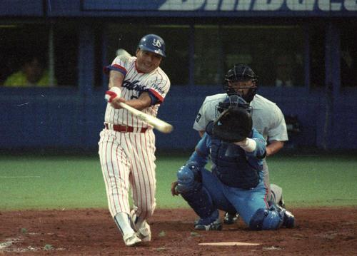 92年、西武との日本シリーズ第1戦で代打逆転満塁本塁打を放つヤクルト杉浦