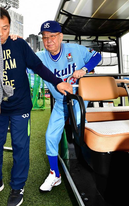 ヤクルト球団設立50周年を記念したスワローズドリームゲームに臨むためゴルフカートに乗ってグラウンド入りした元ヤクルト監督の野村氏(撮影・小沢裕)