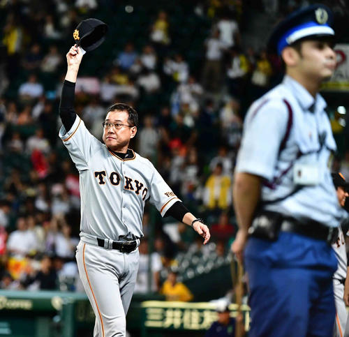 7月10日の阪神戦で3連勝を飾り前半戦を貯金17で終えた巨人原監督はファンの声援に応える(撮影・小沢裕)