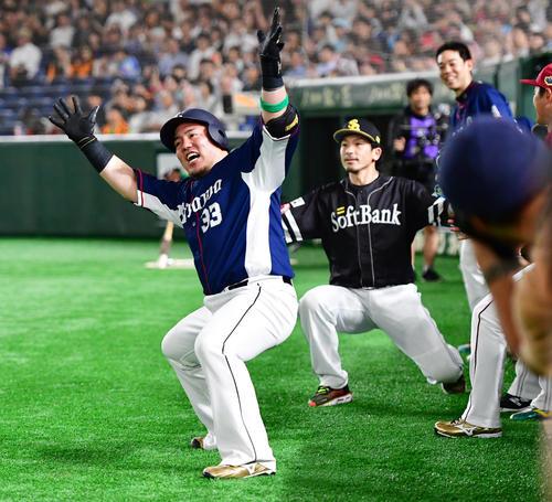 左越え本塁打を放ちどすこいポーズをみせる西武山川穂高(撮影・清水貴仁)