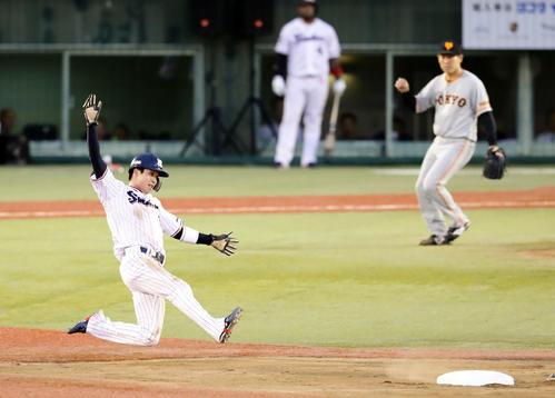ヤクルト対巨人 1回裏ヤクルト無死一塁、一塁走者山田哲は二塁盗塁成功。投手桜井(撮影・浅見桂子)