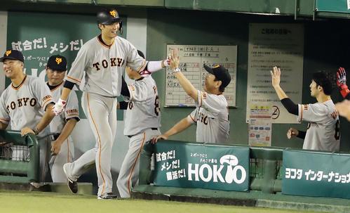 ヤクルト対巨人 5回表巨人無死、坂本勇は中越えソロ本塁打を放ち、笑顔でナインとハイタッチ(撮影・浅見桂子)