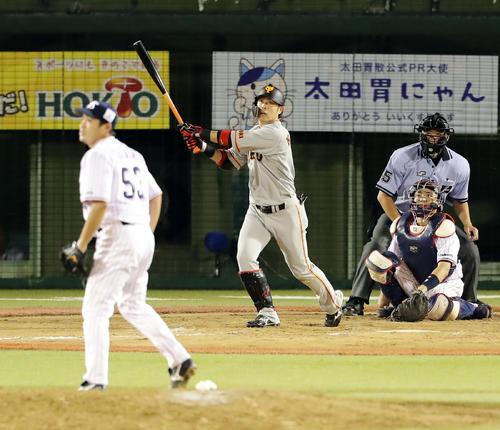 ヤクルト対巨人 11回表巨人無死三塁、亀井は右中間に2点本塁打を放つ。投手五十嵐(撮影・浅見桂子)