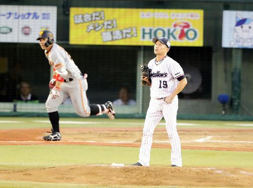 ヤクルト対巨人 2回表巨人1死満塁、炭谷に先制右犠飛を許し、打球を見つめる石川(撮影・浅見桂子)