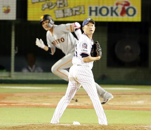 ヤクルト対巨人 5回表巨人無死、坂本勇に中越えソロ本塁打を許し、打球を見つめる石川(撮影・浅見桂子)