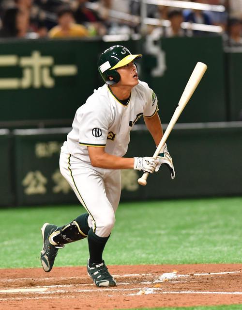 JR東日本東北対信越クラブ 8回表JR東日本東北無死一塁、石黒は右越えに本塁打放つ(撮影・柴田隆二)