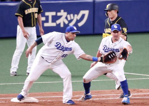 中日対阪神 5回表阪神1死一、二塁、糸井は二塁ゴロを放つが二塁カバーにビシエド(左)と松坂が入ったためアウトを奪えず(撮影・加藤哉)