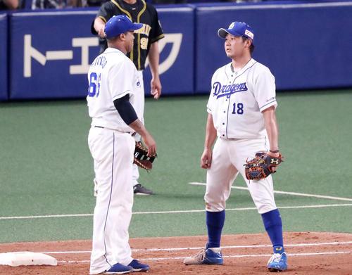 中日対阪神 5回表阪神1死一、二塁、糸井嘉男の一塁ゴロをカバーに入った松坂(右)だったが、ビシエドもベースを踏んでカバーに入る失態にお互い顔を見合わせる…(撮影・加藤哉)