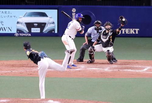 中日対阪神 9回裏中日1死満塁、アルモンテは四球を選んで押し出しとなりサヨナラ勝ちを決める(撮影・加藤哉)